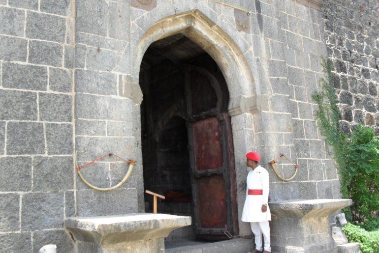 fort_jadhavgadh_entrance