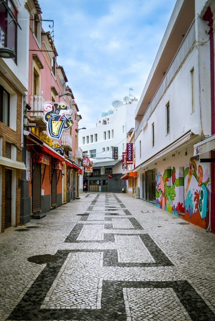 cobbled-streets-and-graffiti-walls-of-albufeira-old-town