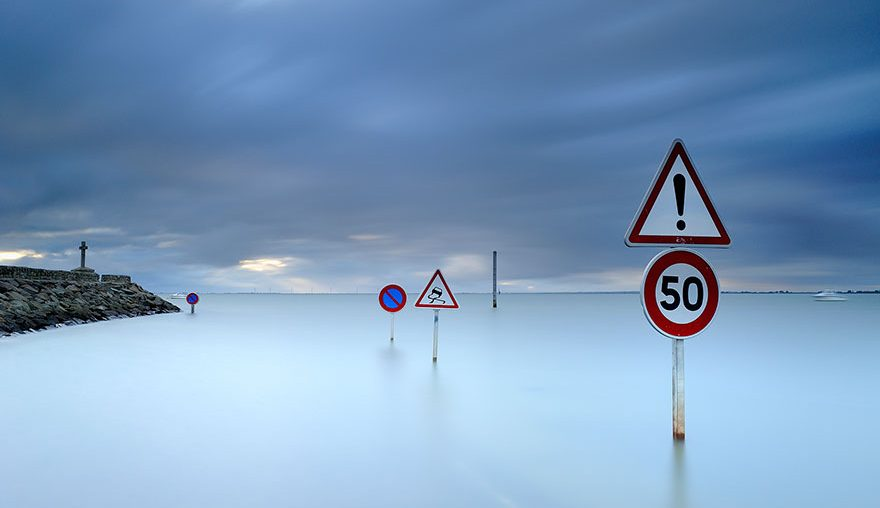 disappearing-road-passage-du-gois-france-high-tide