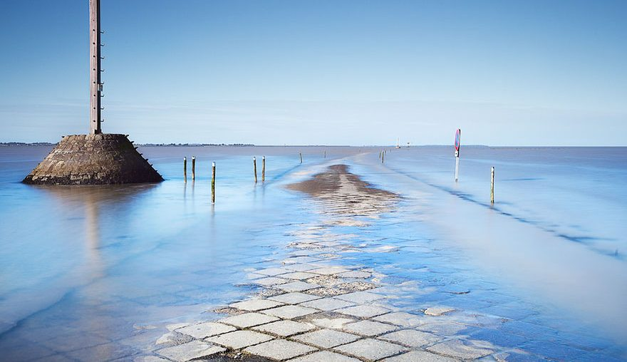 disappearing-road-passage-du-gois-france-tide